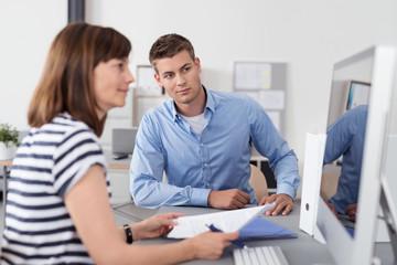 geschäftsleute arbeiten zusammen am computer