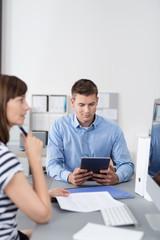 geschäftsleute arbeiten mit pc und tablet im büro