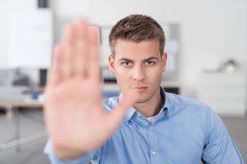 mann im büro signalisiert stop