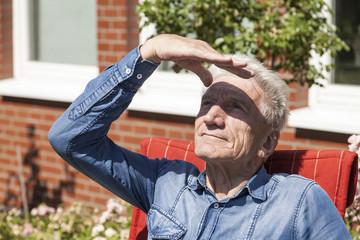 Rentner schaut in den Himmel