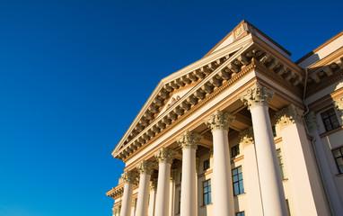 Здание с колоннами, контрастирующее с небом