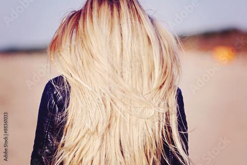 фотография блондинки с зади