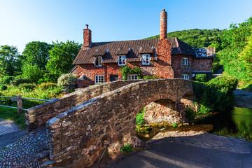 malerisches Cottage mit Packpferdbrücke in Allerford, Somerset, England Fototapete