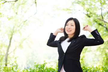 Wall Mural - asian businesswoman in the park