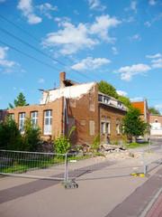 Sicherung eines alten Gebäudes durch Teilabriss - alte Dorfschule wird abgerissen