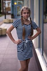 Фото девушки в полосатом платье