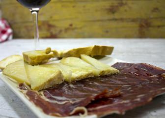 jamón y queso ibérico con vino