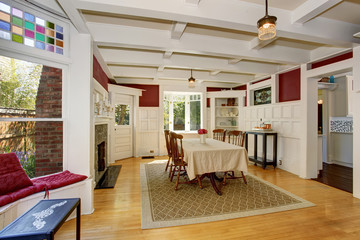 Exquisit dinning room with autumn colors.