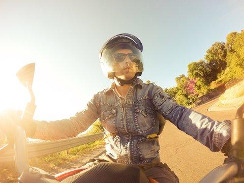 ragazzo in motocicletta al tramonto. pov original point of view