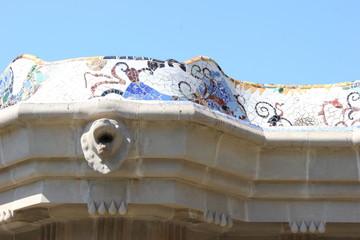 Die wellenförmige Bank auf der Terrasse im Park Güell (Barcelona)