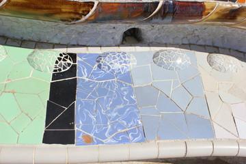 Mosaik auf der Bank am Terrassenplatz im Park Güell von Gaudi
