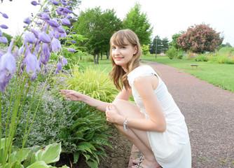 花に手を添える女性