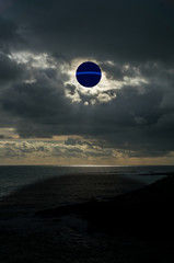 Kugelförmiges Ufo erscheint über dem Ozean