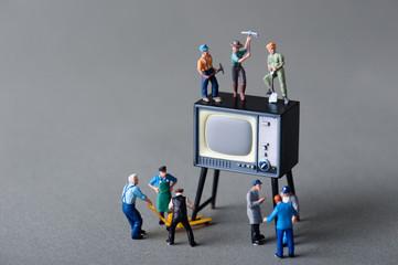 テレビを修理する人々