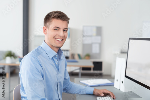 Lachelnder Mann Arbeitet Im Buro Stockfotos Und Lizenzfreie Bilder