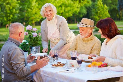 senioren essen kuchen im garten stockfotos und lizenzfreie bilder auf bild 88605835. Black Bedroom Furniture Sets. Home Design Ideas