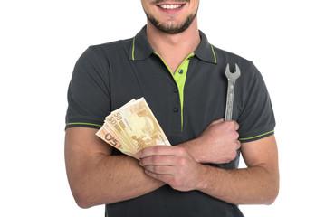 lächelnder Mann Mechaniker mit Geldnoten und Gabelschlüssel