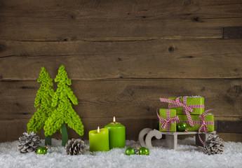 Weihnachtlicher Hintergrund mit Kerzen, Geschenken und Weihnachtsbaum in grün, weiß, rot und braun.