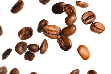 fallende geröstete Kaffeebohnen, isoliert vor weißem  Hintergrund