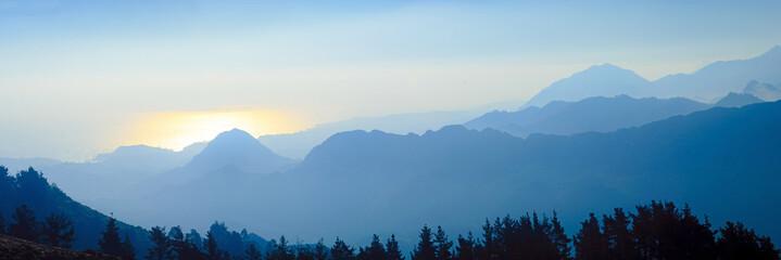 Gebirgssilhouette bei Sonnenaufgang (Picos de Europa/Spanien)