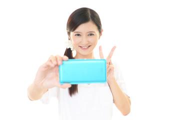 スマートフォンで撮影を楽しむ女性