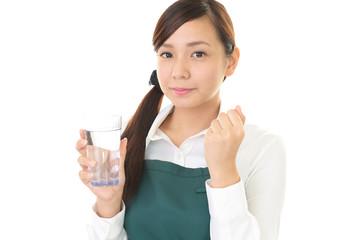 水を持つ笑顔の女性