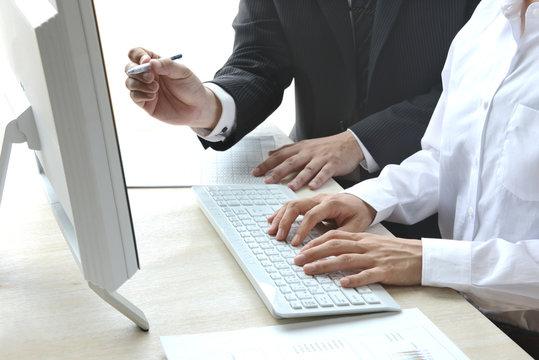 ビジネスイメージ―デスクでの話し合い