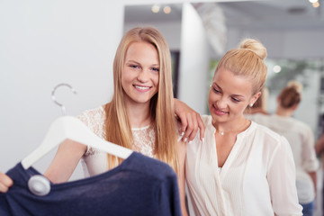 zwei junge frauen beim einkauf in einem geschäft