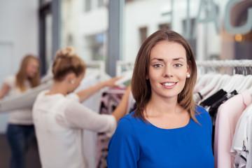 attraktive frau beim shopping in einem geschäft