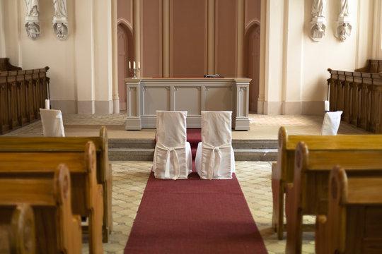 Leere Stühle in der Kirche