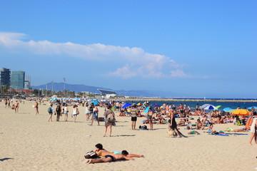 Menschenmenge am Sandstrand von Barcelona (Spanien)