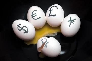 Яйца с надписями в виде символов ведущих мировых валют
