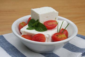 Feta greca con pomodorini su ciotola