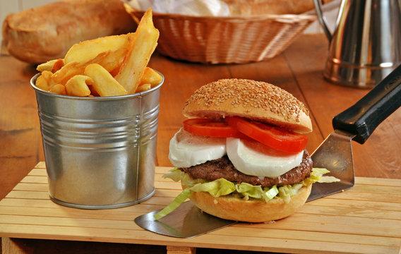 Combo de hamburguesa con queso mozzarella y patatas fritas.