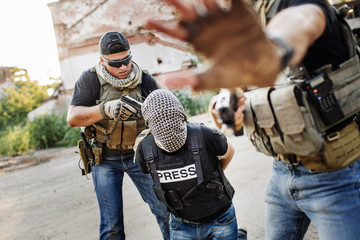 terrorists holding a gun to a  journalist head