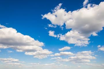Синее небо с облаками до горизонта