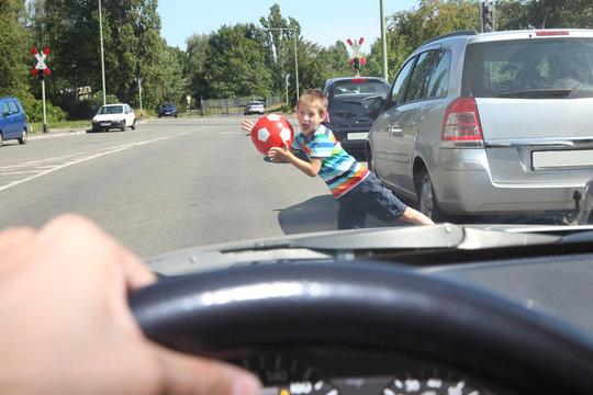 Kind läuft vor ein fahrendes Auto