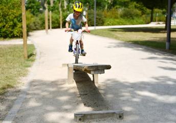 Kind auf Fahrradparcour
