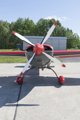 Papiers peints Rouge, noir, blanc Small aircraft with central propeller