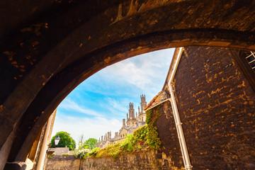 Durchblick durch eine Unterführung auf die Universität von Oxford, England