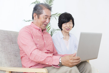 PCを操作する老夫婦