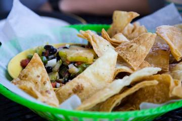 Hausgemachte Tortillachips mit veganer Bohnensalsa