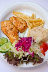 Hähnchen Filet mit Reis, Kartoffeln und Salat