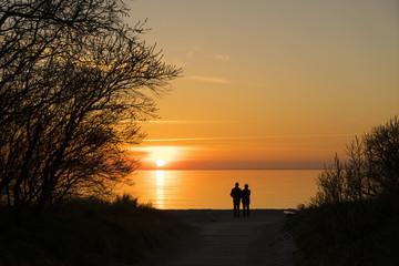 Romantische Zweisamkeit bei Sonnenuntergang am Meer