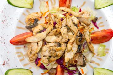 Salat mit gebratenen Hühnerstreifen