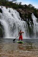 Homem praticando stand up paddle (SUP) na Cachoeira Poço Encantado - Chapada dos Veadeiros