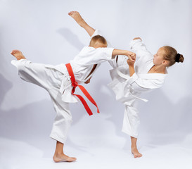Karate blows are training children in karategi