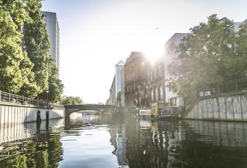 Kanal / Fluß in der Stadt im Gegenlicht
