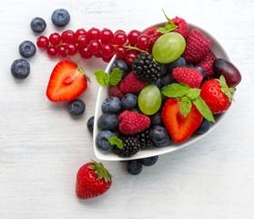 Schale mit verschiedenen Beerensorten