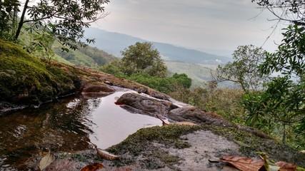 Vista da montanha com água nascente